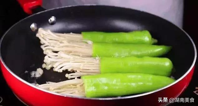 将金针菇塞入青椒里,味道好吃的没谁了,你吃过没?
