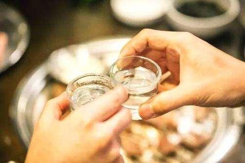 美酒配美食,喝酱香白酒配哪些下酒菜好吃不伤身?这些喝酒绝配